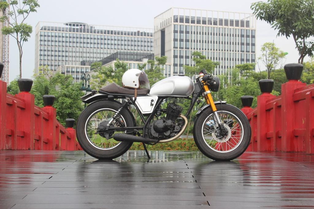 Xe con tay Suzuki 125 phan khoi do phong cach co dien cua tho Viet hinh anh 1