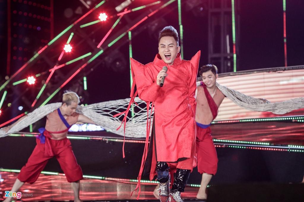 Tung Duong, Thao Trang khuay dong dem khai mac le hoi phao hoa hinh anh 9