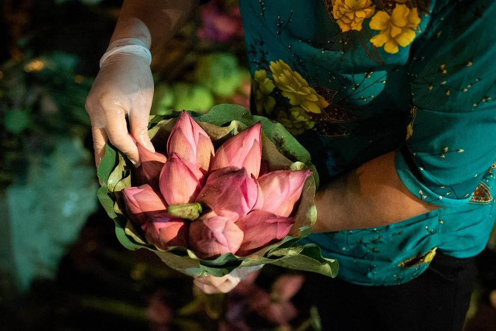 Ngap tran sac sen tai cho dau moi hoa lon nhat Ha Noi hinh anh 8