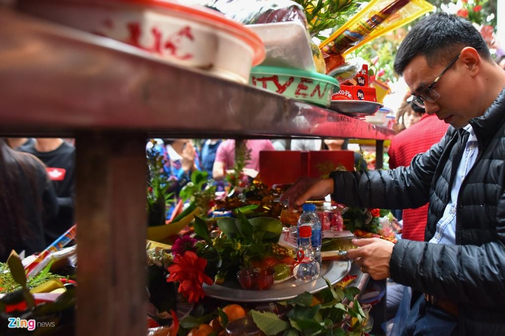 Phu Tay Ho chat cung nguoi cau loc ngay dau di lam sau Tet hinh anh 4
