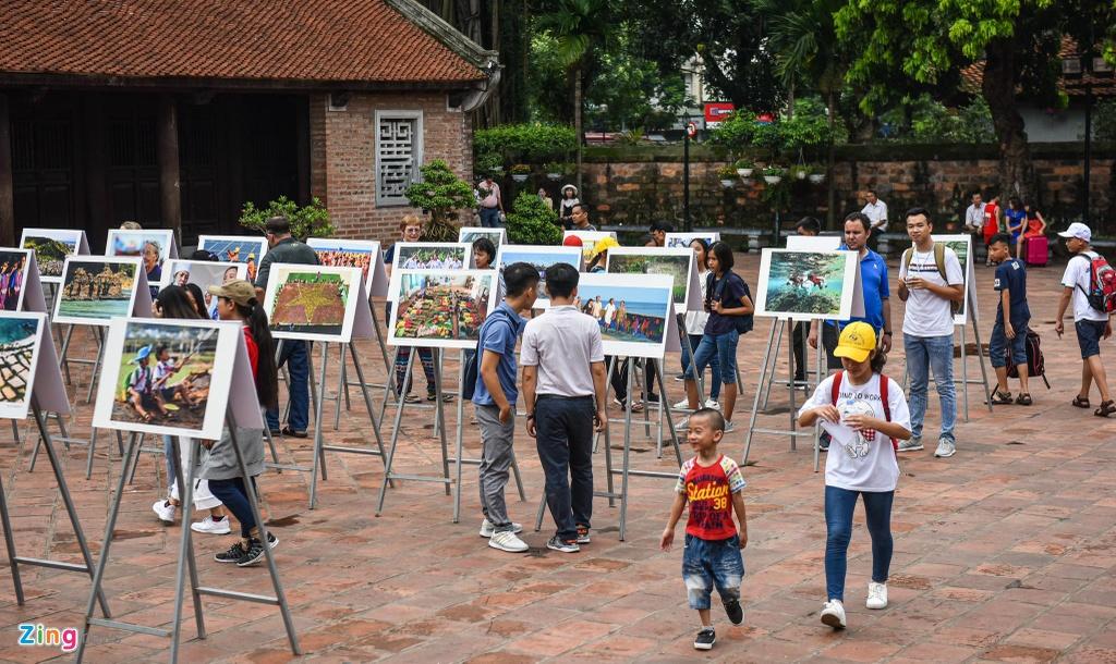 Du khách nước ngoài tò mò về ảnh chụp đặc sản Lý Sơn của Nguyễn Á
