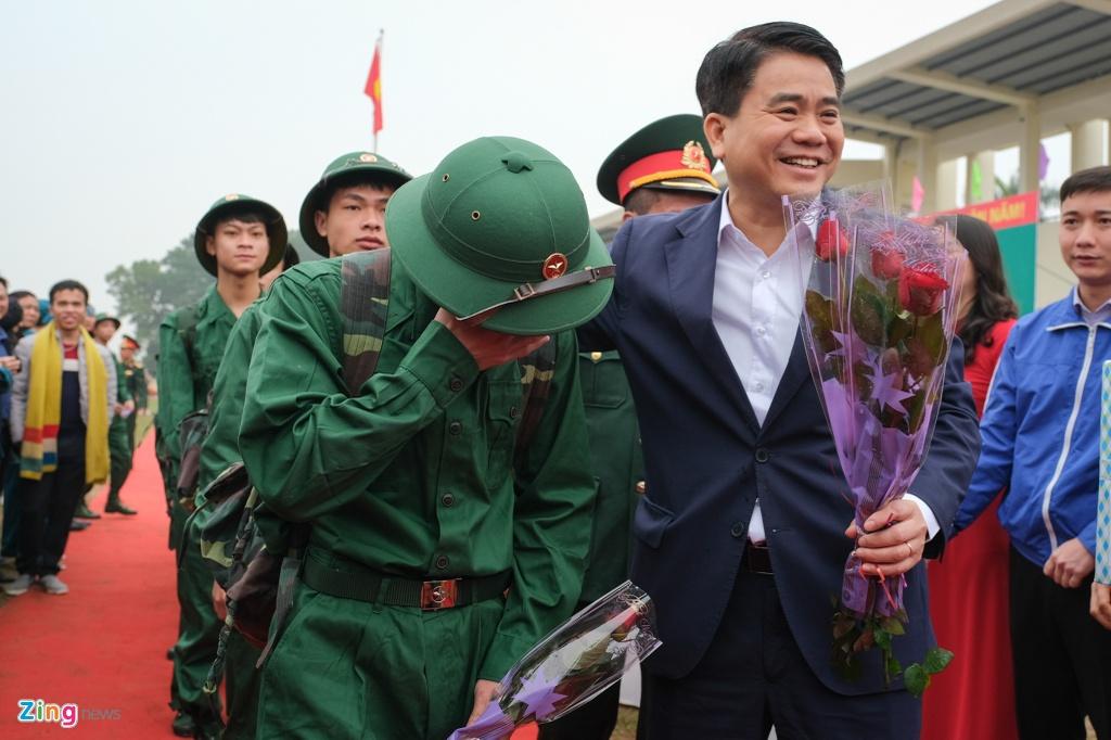 Chu tich Ha Noi tang hoa, dong vien tan binh ngay nhap ngu hinh anh 5 Leraquan_DongAnh_5_zing.jpg