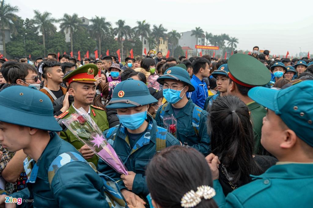 Chu tich Ha Noi tang hoa, dong vien tan binh ngay nhap ngu hinh anh 9 Leraquan_DongAnh_9_zing.jpg