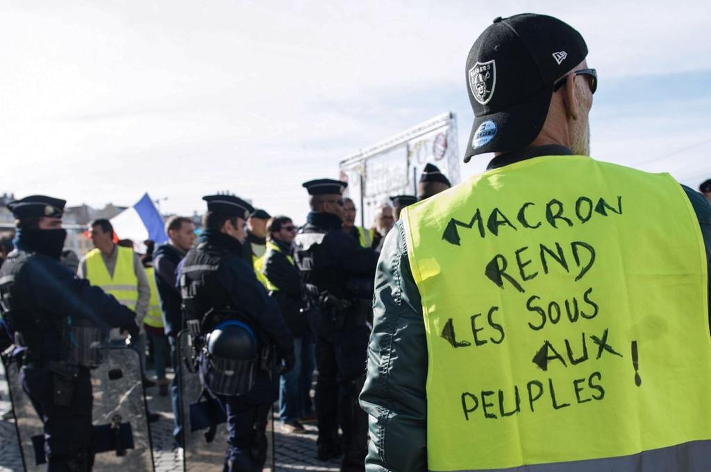 Khai Hoan Mon tan hoang - nhuong bo cua Macron du xoa diu? hinh anh 3