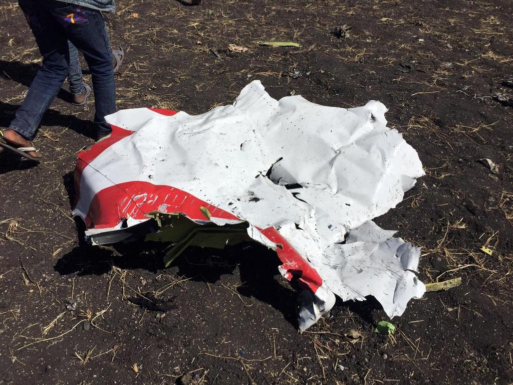 Một mảnh thân máy bay tại hiện trường vụ tai nạn. (Ảnh: Reuters)