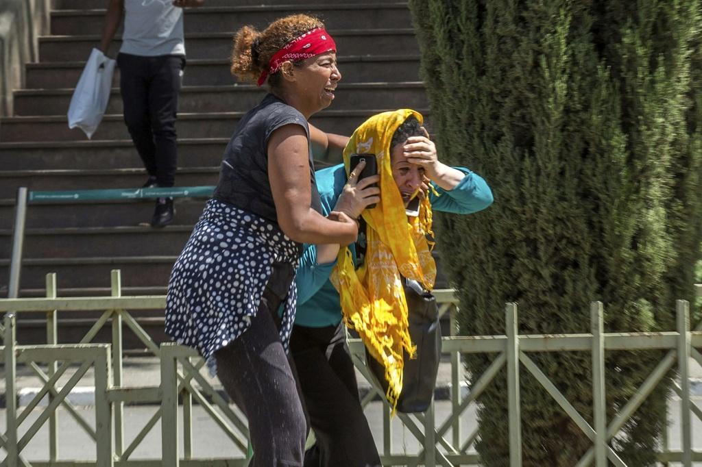 Tại sân bay quốc tế Bole ở Addis Ababa, người thân của các hành khách suy sụp khi nghe thông tin về việc không có ai sống sót sau vụ tai nạn. (Ảnh: AP)