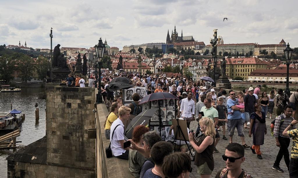 Prague 'thất thủ' trước cơn lốc du khách say xỉn và ồn ào
