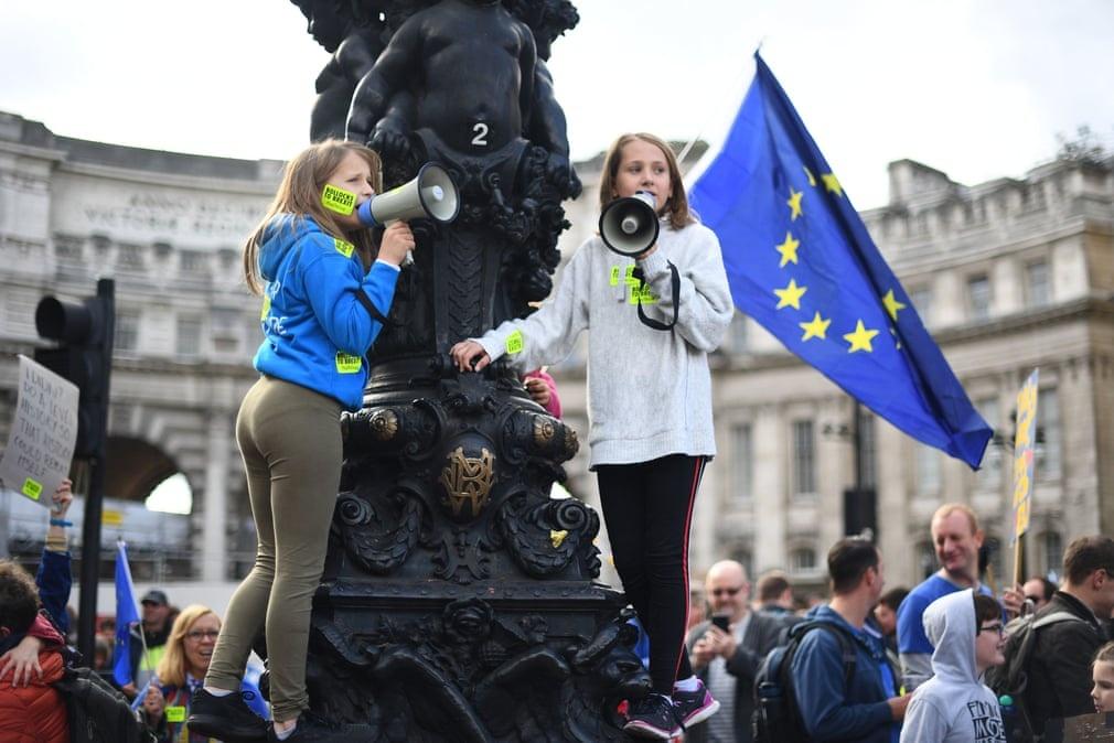 Nguoi Anh mac co EU cho cho roi dan di bieu tinh chong Brexit hinh anh 8
