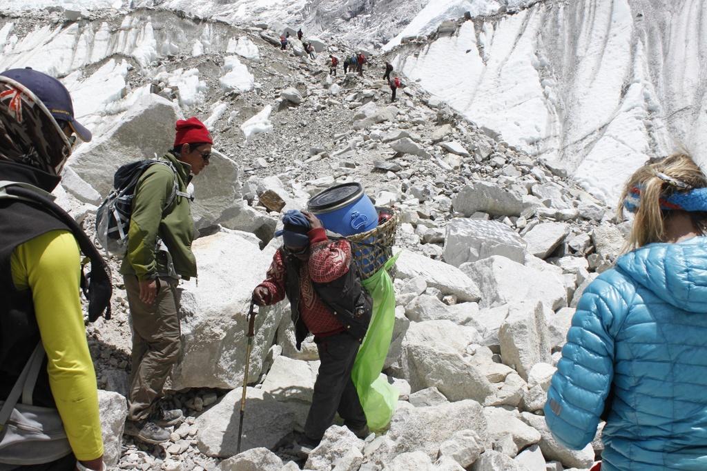 Nguoi phu nu Malaysia vuot qua 'mot nui phan nguoi' de leo Everest hinh anh 1