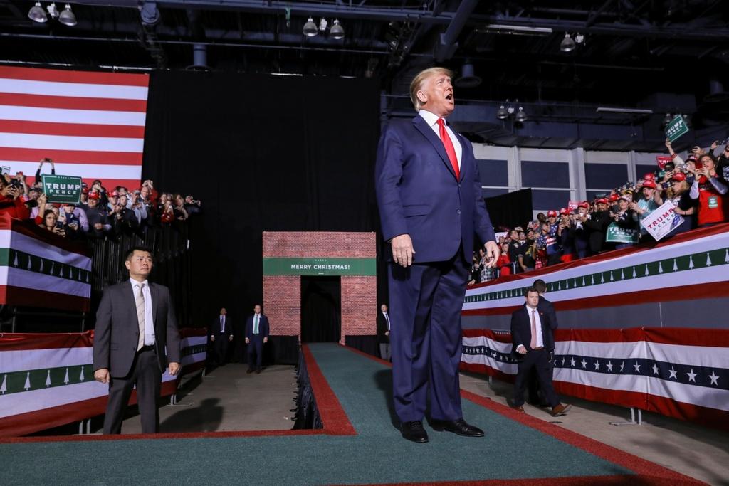 Tong thong Trump chinh thuc bi Ha vien My luan toi hinh anh 3 2019-12-19T012428Z_1349520952_RC21YD9XEAVM_RTRMADP_3_USA-TRUMP-IMPEACHMENT-RALLY_(1).jpg
