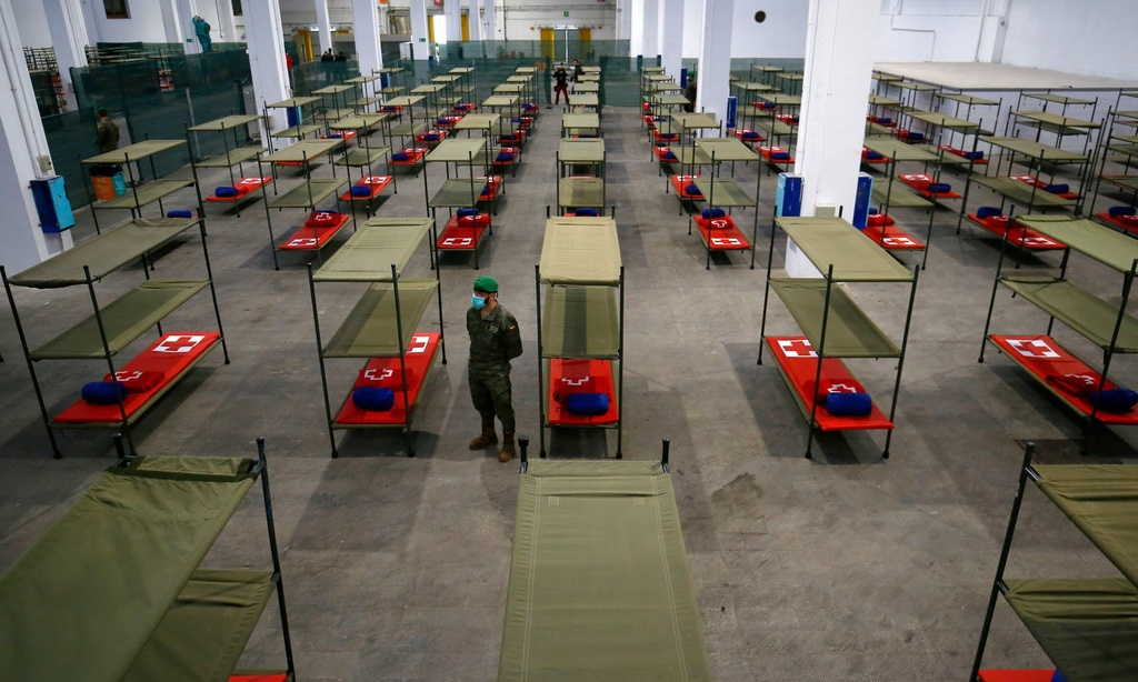 Tay Ban Nha tang ky luc 838 ca tu vong, Nga tang ky luc ca nhiem moi hinh anh 1 soldier_beds_set_up_at_a_temporary_hospital_for_vulnerable_people_in_Barcelon_Getty_Images.jpg