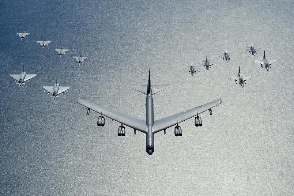 Phao dai bay B-52 anh 2