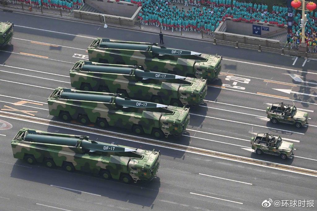 Tên lửa siêu vượt thanh DF-17 của Trung Quốc được trưng bày trong cuộc duyệt binh kỷ niệm 70 năm Quốc khánh vào ngày 1/10/2019. Ảnh: Twitter/Dafeng Cao.