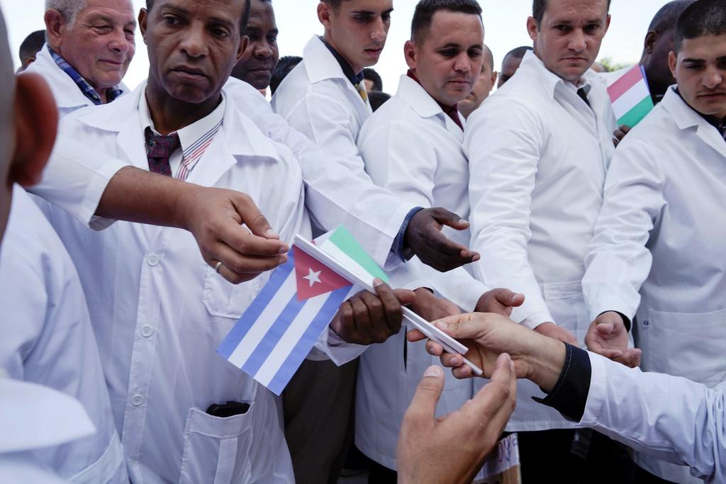 Doan bac si Cuba den giup Italy chien dau voi Covid-19 hinh anh 2 z_cuba_8.JPG