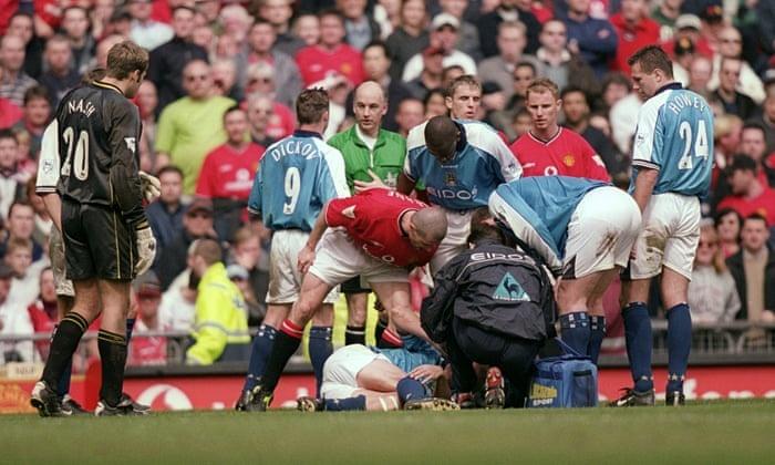 Vi sao derby Manchester xung dang duoc cho doi? hinh anh 2 Roy_Keane_Alf_Inge_Haalan_014.jpg