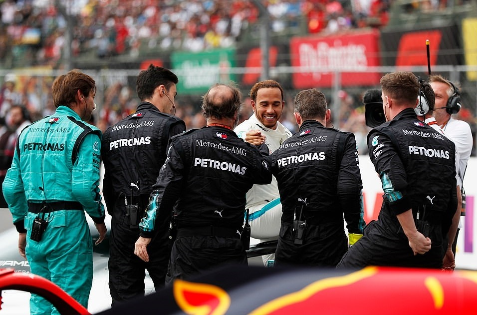 Hamilton sanh vai huyen thoai sau lan vo dich F1 thu 5 trong su nghiep hinh anh 4