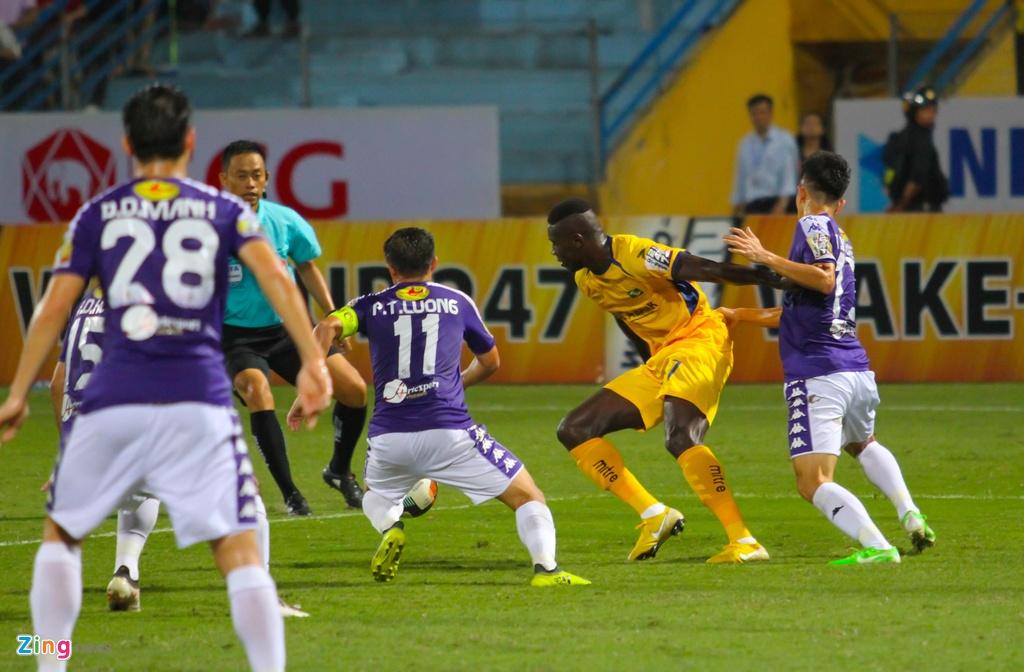 Vang Phan Van Duc, Olaha bat luc trong vong vay cua hau ve CLB Ha Noi hinh anh 7