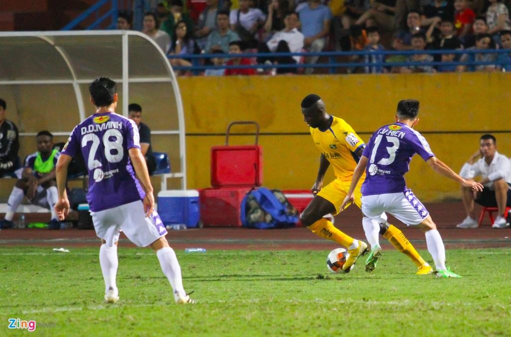 Vang Phan Van Duc, Olaha bat luc trong vong vay cua hau ve CLB Ha Noi hinh anh 10