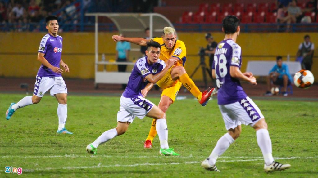Vang Phan Van Duc, Olaha bat luc trong vong vay cua hau ve CLB Ha Noi hinh anh 14