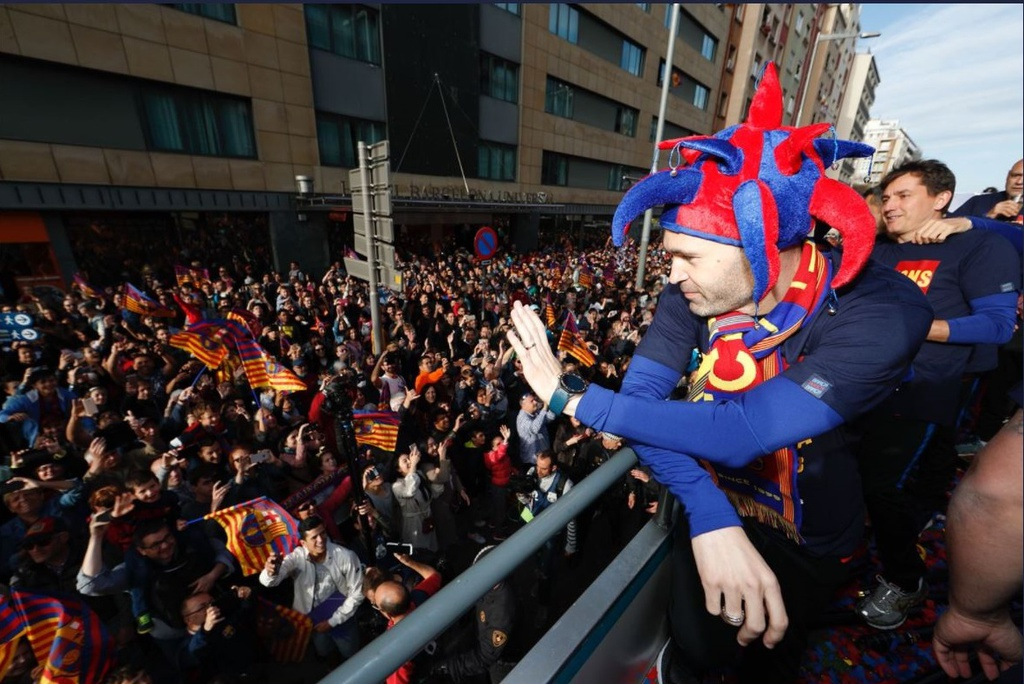 Messi, Iniesta rang ro trong ngay Barcelona dieu hanh Cup vo dich hinh anh 4