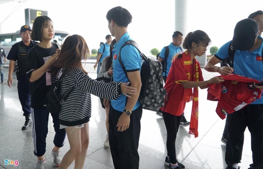 Quang Hai,  Cong Phuong duoc fan san don truoc gio di chuyen sang Myanmar anh 4