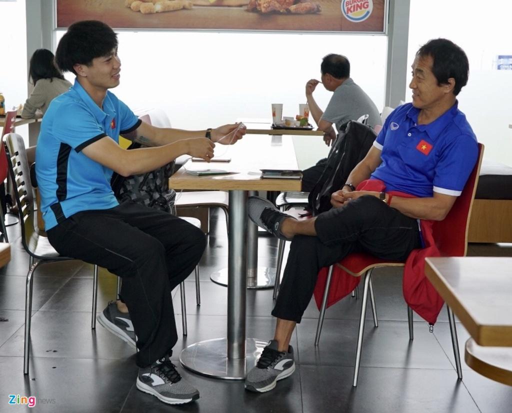 Quang Hai,  Cong Phuong duoc fan san don truoc gio di chuyen sang Myanmar anh 11