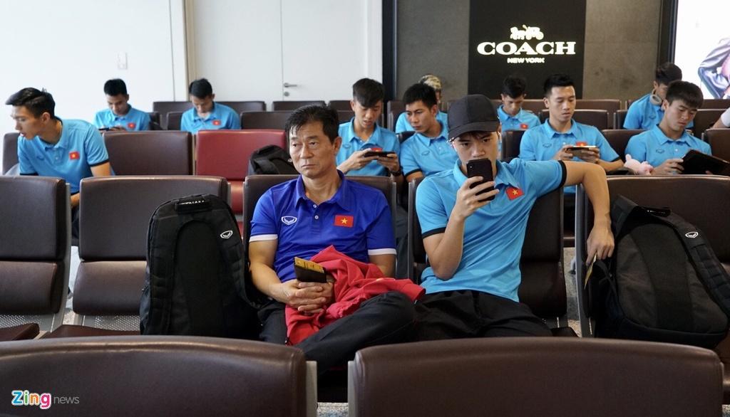 Quang Hai,  Cong Phuong duoc fan san don truoc gio di chuyen sang Myanmar anh 12