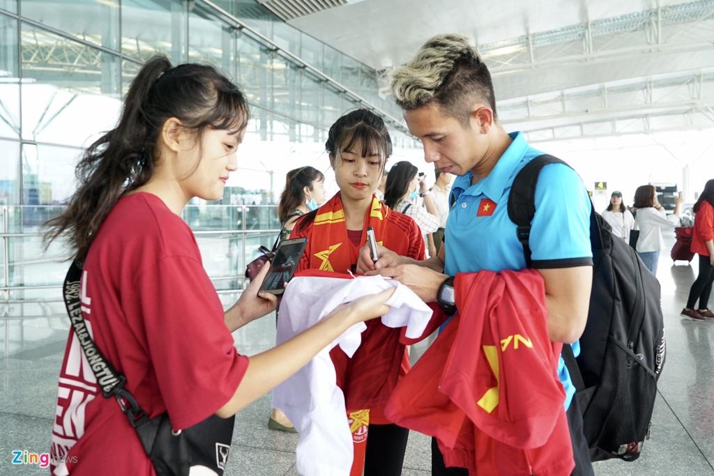 Quang Hai,  Cong Phuong duoc fan san don truoc gio di chuyen sang Myanmar anh 5