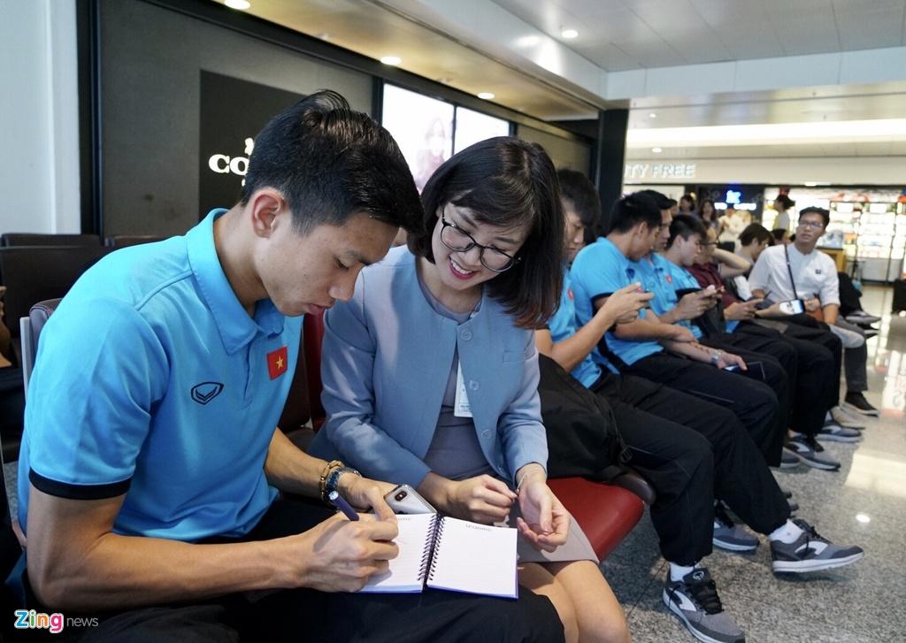 Quang Hai,  Cong Phuong duoc fan san don truoc gio di chuyen sang Myanmar anh 8