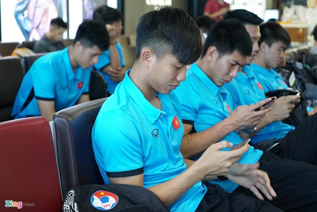 Quang Hai,  Cong Phuong duoc fan san don truoc gio di chuyen sang Myanmar anh 10