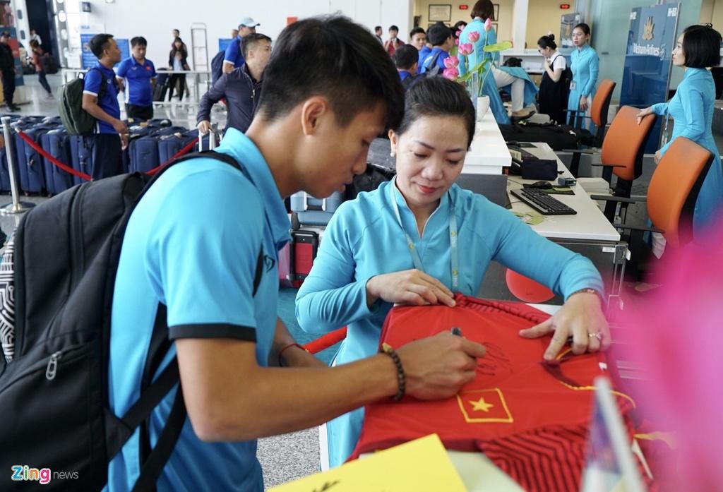 Quang Hai,  Cong Phuong duoc fan san don truoc gio di chuyen sang Myanmar anh 9