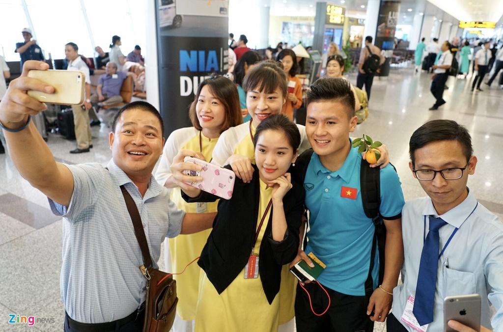 Quang Hai,  Cong Phuong duoc fan san don truoc gio di chuyen sang Myanmar anh 3