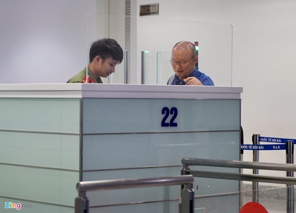 Quang Hai,  Cong Phuong duoc fan san don truoc gio di chuyen sang Myanmar anh 6