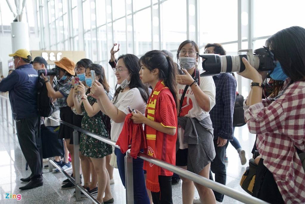 Quang Hai,  Cong Phuong duoc fan san don truoc gio di chuyen sang Myanmar anh 1