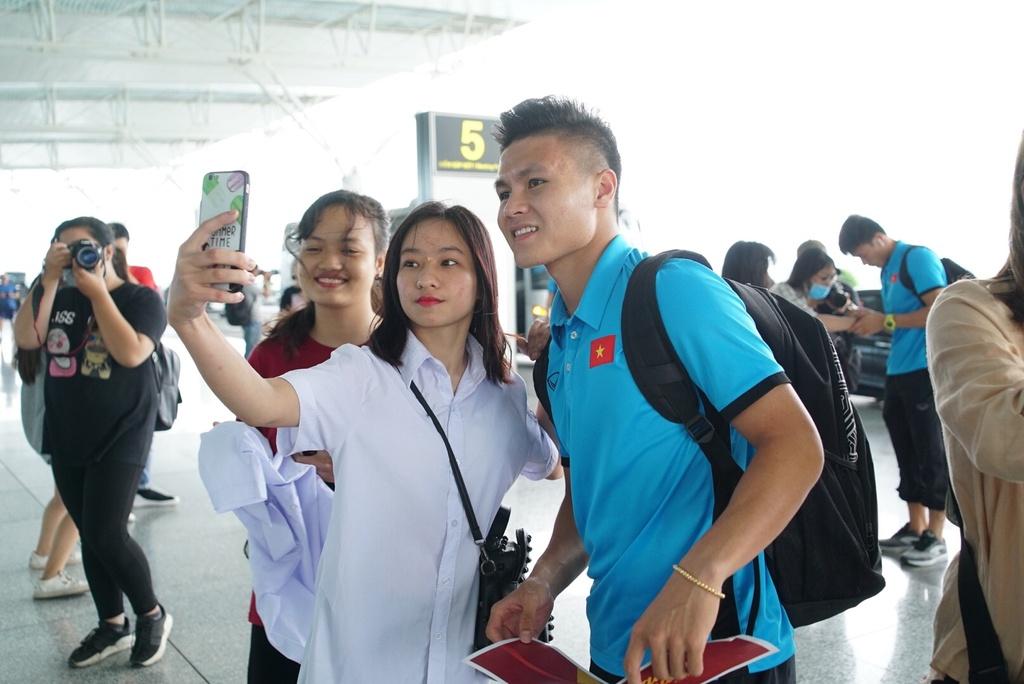 Quang Hai,  Cong Phuong duoc fan san don truoc gio di chuyen sang Myanmar anh 2