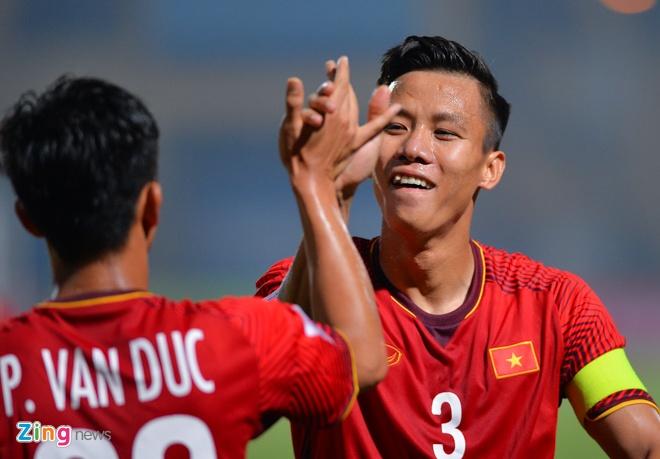 Van Duc an mung giong Ronaldo khi ghi ban vao luoi Campuchia hinh anh 8