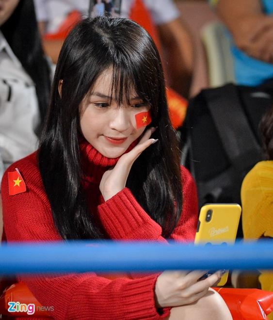 Fan nu tiep lua cho thay tro HLV Park dau Campuchia hinh anh 2