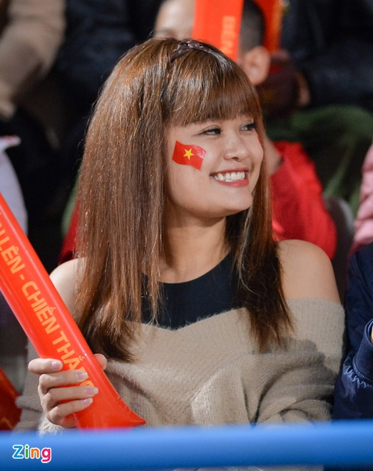 Fan nu tiep lua cho thay tro HLV Park dau Campuchia hinh anh 7