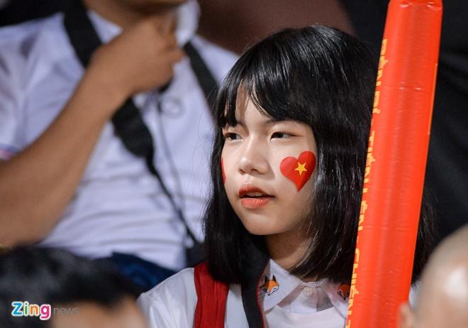 Fan nu tiep lua cho thay tro HLV Park dau Campuchia hinh anh 9