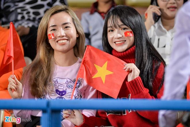Fan nu tiep lua cho thay tro HLV Park dau Campuchia hinh anh 1