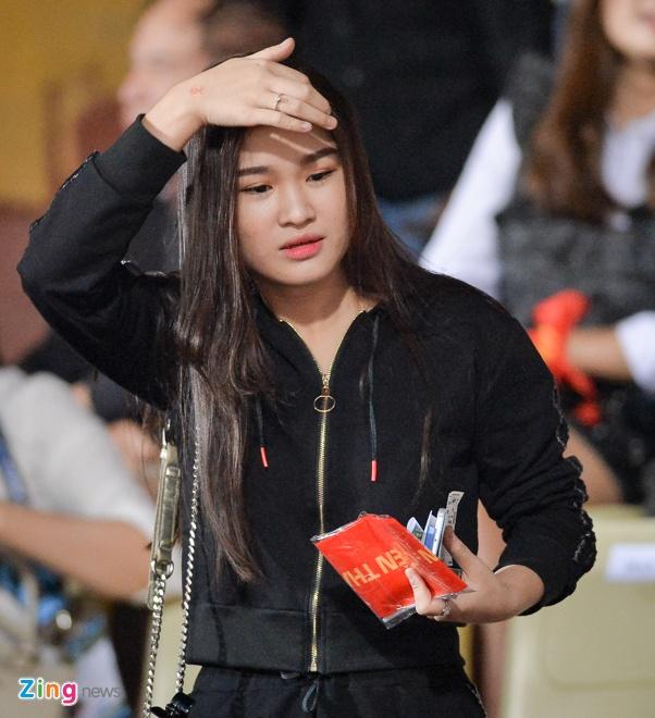 Fan nu tiep lua cho thay tro HLV Park dau Campuchia hinh anh 6