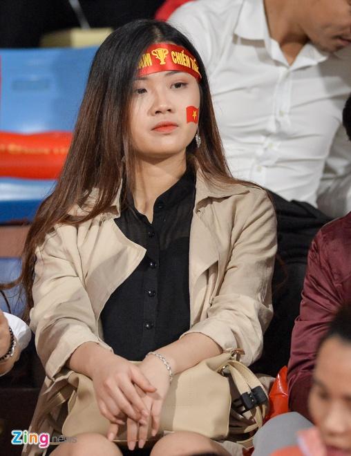 Fan nu tiep lua cho thay tro HLV Park dau Campuchia hinh anh 4