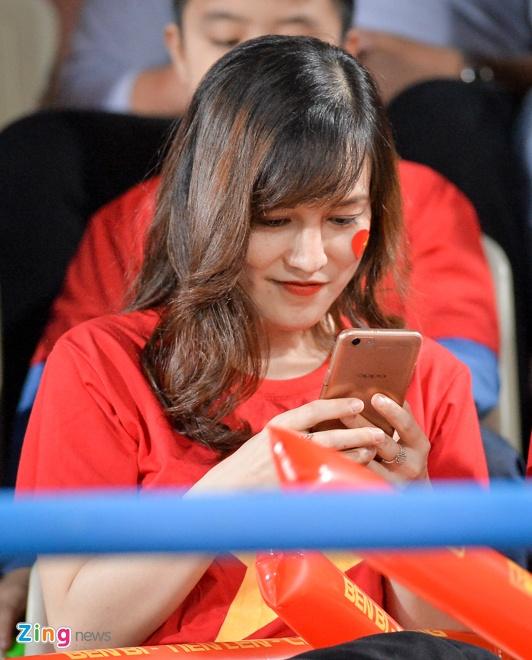 Fan nu tiep lua cho thay tro HLV Park dau Campuchia hinh anh 3