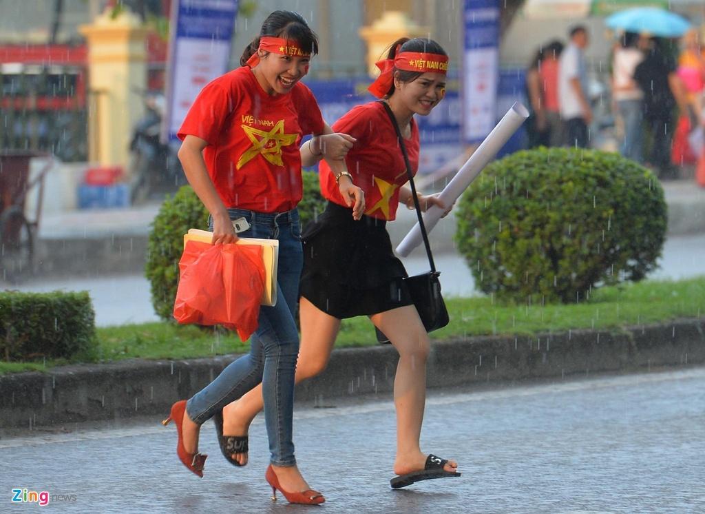 CDV nu xinh dep doi mua xem U23 Viet Nam dau Myamnar anh 1