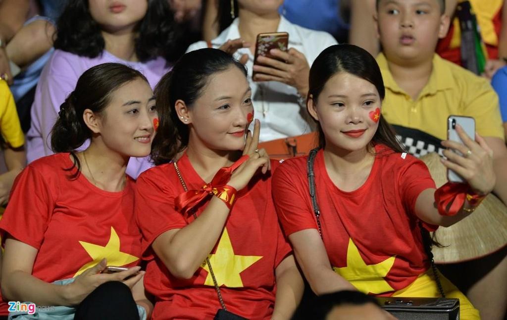 CDV nu xinh dep doi mua xem U23 Viet Nam dau Myamnar anh 2