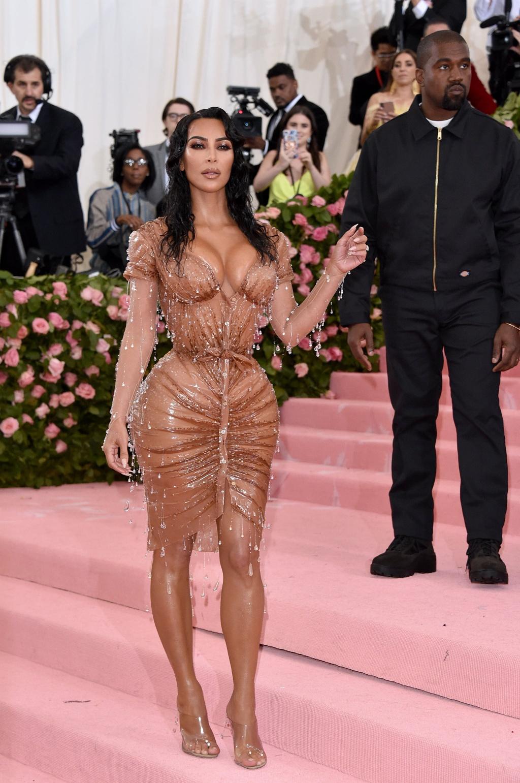 Kim Kardashian o ep vong mot va loat khoanh khac an tuong nhat 2019 hinh anh 8 Kim_Kardashian_Kanye_West_2019_Met_Gala.jpg