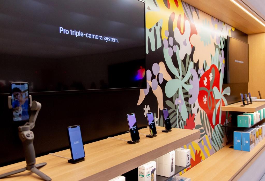 Ben trong Apple Store lon nhat the gioi vua mo cua tro lai hinh anh 12