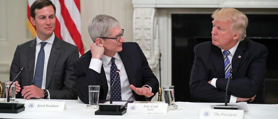 Vi sao CEO Apple thuong xuyen qua lai voi Tong thong Donald Trump? hinh anh 2