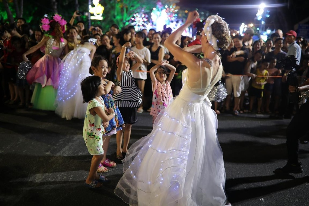 Carnival duong pho 'DIFF 2019' khuay dong khong gian pho dem Da Nang hinh anh 11