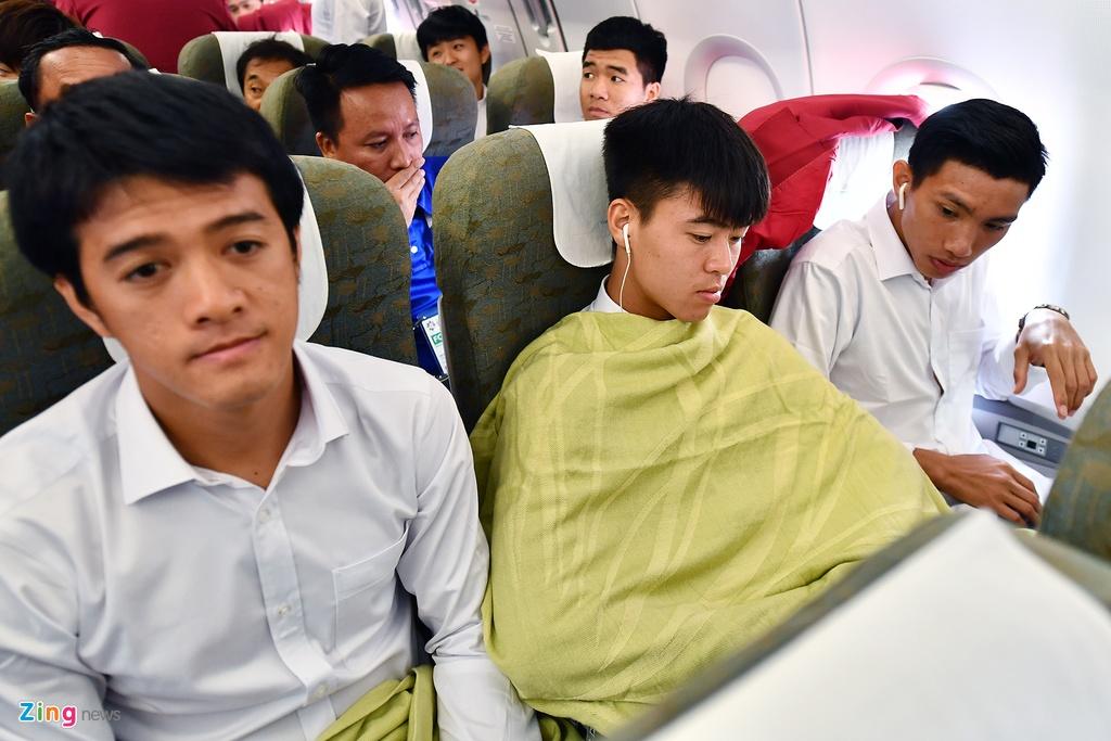 Ben trong chuyen bay cho cau thu Olympic Viet Nam roi ASIAD hinh anh 8